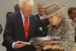 """Eerste exemplaar van """"IJzer en Lef"""" aangeboden aan koningin Beatrix bij de opening van ROC te Hengelo"""
